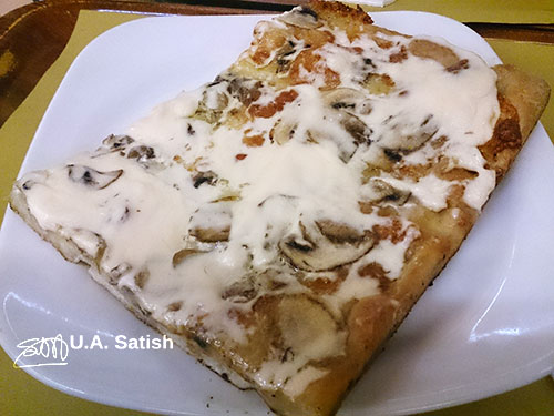 Mushroom and Cheese Pizza; Rome; Italy; uasatish; https://uasatish.com;