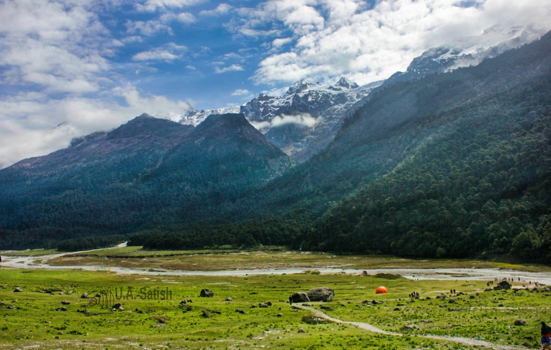 Yumthang Valley; Sikki; meadow; mountains; sky; clouds; sky;